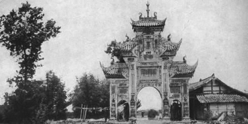 """Memorial Arch to a ""Virtuous Widow,"" Chengtu Plain.""1913"